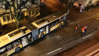 Am Donnerstagabend kollidierte in St. Gallen ein Postauto frontal mit einem Baum. Insgesamt wurden sieben Personen verletzt.