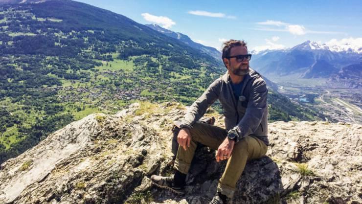 """Weit und breit kein Dubel in Sicht: Deshalb mag Nik Hartmann - hier in """"SRF bi de Lüt - Wunderland"""" - die höher gelegenen Teile der Schweiz. (SRF)"""