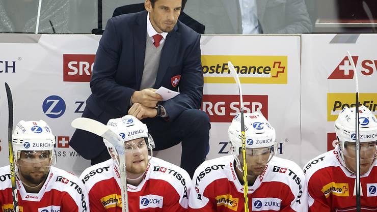 Die Anspannung bei Eishockey-Nationalcoach Patrick Fischer (oben im Anzug) vor der WM-Vorrunde in Paris steigt