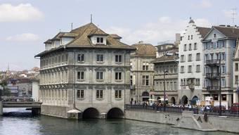 Tagungsort ist das normalerweise das Rathaus (im Bild) in Zürich am Limmatquai. Die Kantonsratssitzungen finden vorerst weiterhin in der Halle 7 der Messe Zürich, wo es möglich ist, unter Einhaltung der Sicherheitsvorgaben des Bundes zu tagen. (Archivbild)