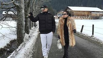 """Die indonesische Sängerin Syahrini (r) - hier 2015 in Grindelwald - kommt viel rum. Kürzlich war sie in Berlin und postete vom Holocaust-Mahnmal ein Video, in dem sie begeistert fragte: """"Ist es nicht schön hier? Das ist der Ort, an dem Hitler die Morde beging"""". Kam nicht gut an. (Twitter)"""