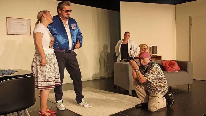 Der «Blick»-Reporter in Aktion auf der Bühne im Theater Mausefalle.