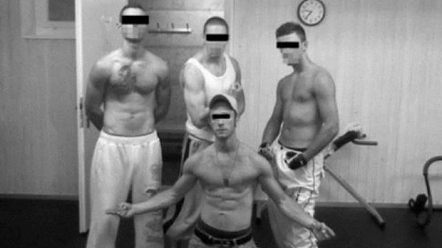 Daniel H. (vorne) sass vier Jahre im Massnahmezentrum Arxhof ein. Hier posiert er mit Mitgefangenen im Kraftraum. ho