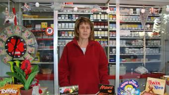 Jolanda Krhut begrüsst die Kundschaft aus ihrem frisch renovierten Kioskhäuschen.