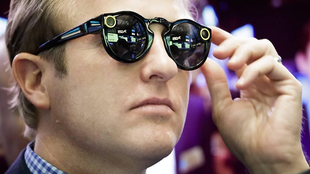 Ein Banker in New York trägt die Snapchat-Computerbrille «Spectacles». (Archivbild)