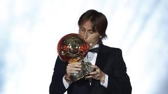 """Luka Modric küsst die Trophäe, den """"Ballon d'Or"""""""
