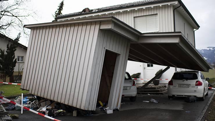 """Die Schäden in Montlingen SG nach dem Sturm """"Uwe"""" wurden erst am Montag ersichtlich. Laut der St. Galler Kantonspolizei wurden bis zu 20 Häuser beschädigt, zwei davon seien unbewohnbar."""
