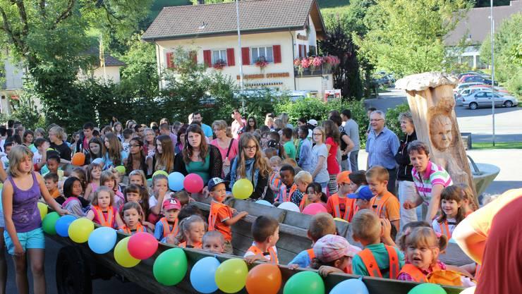 In Teufenthal kamen am vergangenen Montag die Kinder im Flachboot zur Schule.