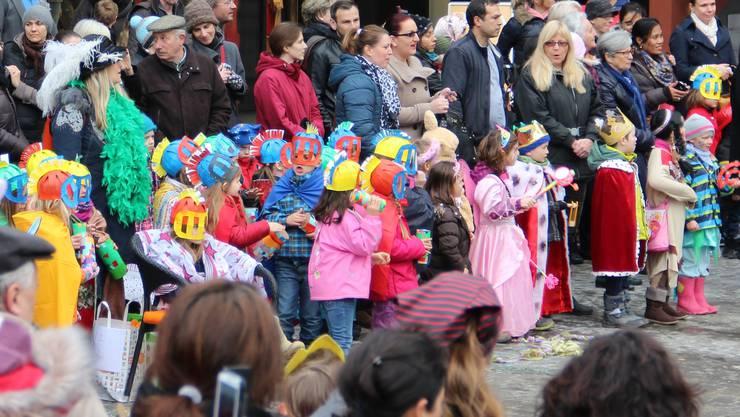 Viele Zuschauer feierten mit den Kindern den Fasnachtsbeginn mit.