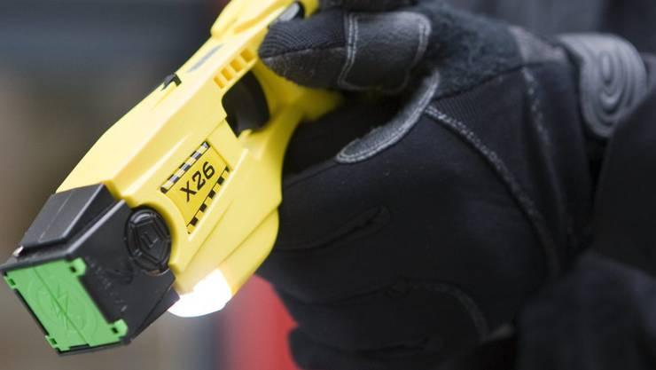 Der Aargauer Regierungsrat hält fest: Beim Einsatz von Tasern würden Risiken für die betroffenen Personen wie auch für die Einsatzkräfte bestehen. (Symbolbild)