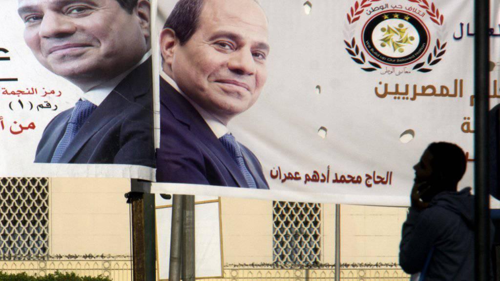 Al-Sisi war praktisch konkurrenzlos in die Präsidentschaftswahl gestiegen. Erste Prognosen sehen denn auch einen klaren Sieg, jedoch mit tiefer Wahlbeteiligung.