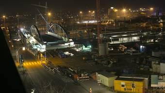 Die Bogenbrücke in Weil am Rhein wird verschoben