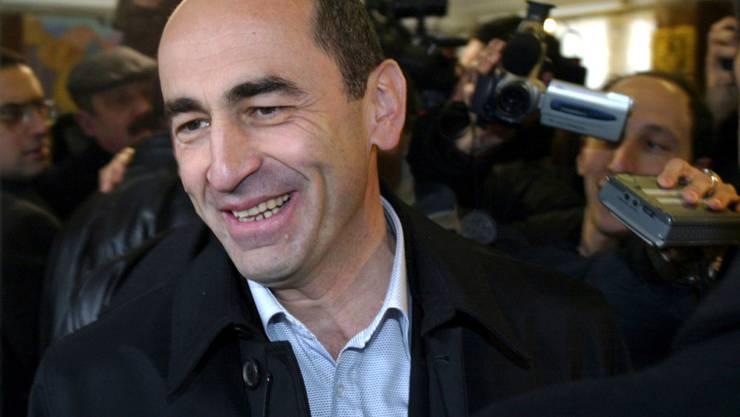Der Ex-Präsident der Südkaukasusrepublik Armenien, Robert Kotscharjan, sitzt erneut in Untersuchungshaft. Ein Berufungsgericht in Eriwan folgte am Dienstag der Beschwerde der Staatsanwaltschaft und ordnete die erneute Verhaftung an. (Archivbild)