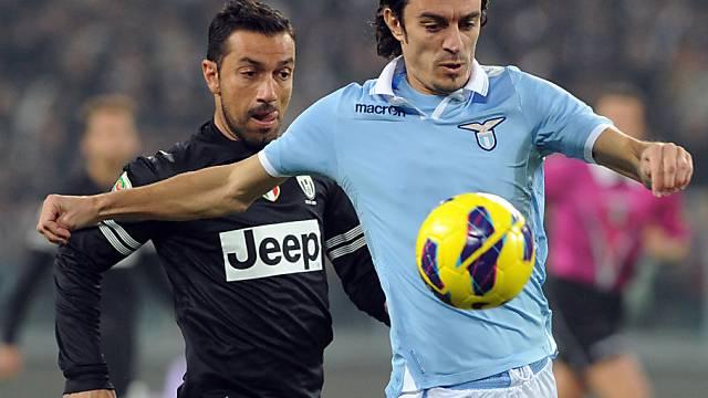 Juves Quagliarella (links) kommt nicht an Lazios Biava vorbei