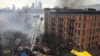 New York: Wohn- und Geschäftshaus geht mitten in Manhattan in Flammen auf