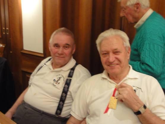 Karl Spielmann präsentiert seine Goldemedaille, daneben Franz Willi