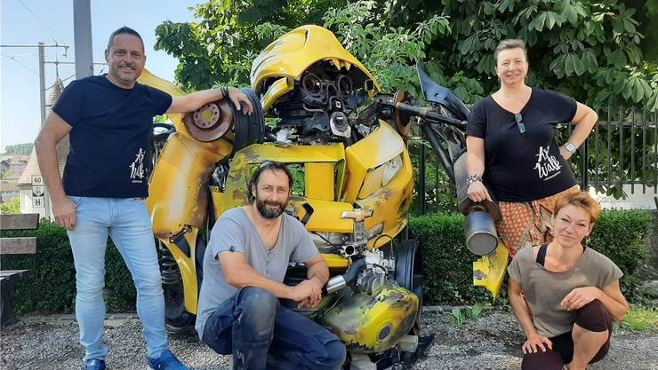 Die Skulptur «Bumblebee» startet die Ausstellungen. Von links: René Walker (OK), Künstler Simon Berger, Biggi Winteler (hinten, Präsidentin FAB und ArtWalk), Simone Meier (OK). Bild: zvg