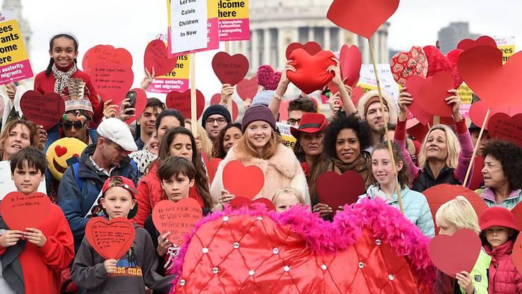 """Das britische Model Lily Cole (M) nahm am Mittwoch an der """"Have a Heart""""-Kundgebung teil und appellierte dafür, dass mehr minderjährige Migranten aus dem """"Dschungel"""" von Calais in Grossbritannien aufgenommen werden."""