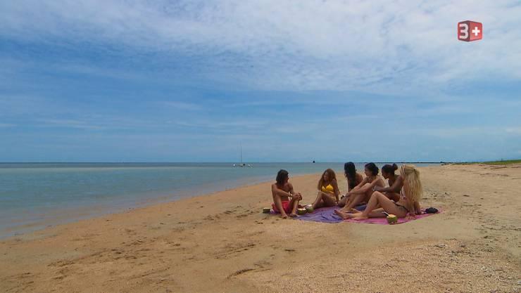 Yiankarla, Grace, Julia, Desirée und Selina dürfen den Nachmittag mit Patric am Strand verbringen.