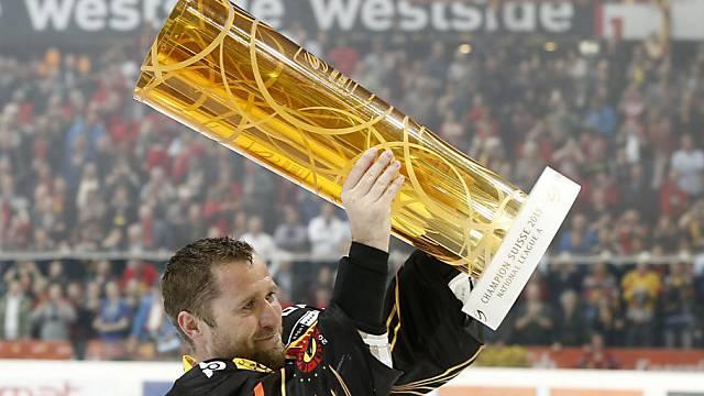 Jaroslav Bednar mit dem Meisterpokal