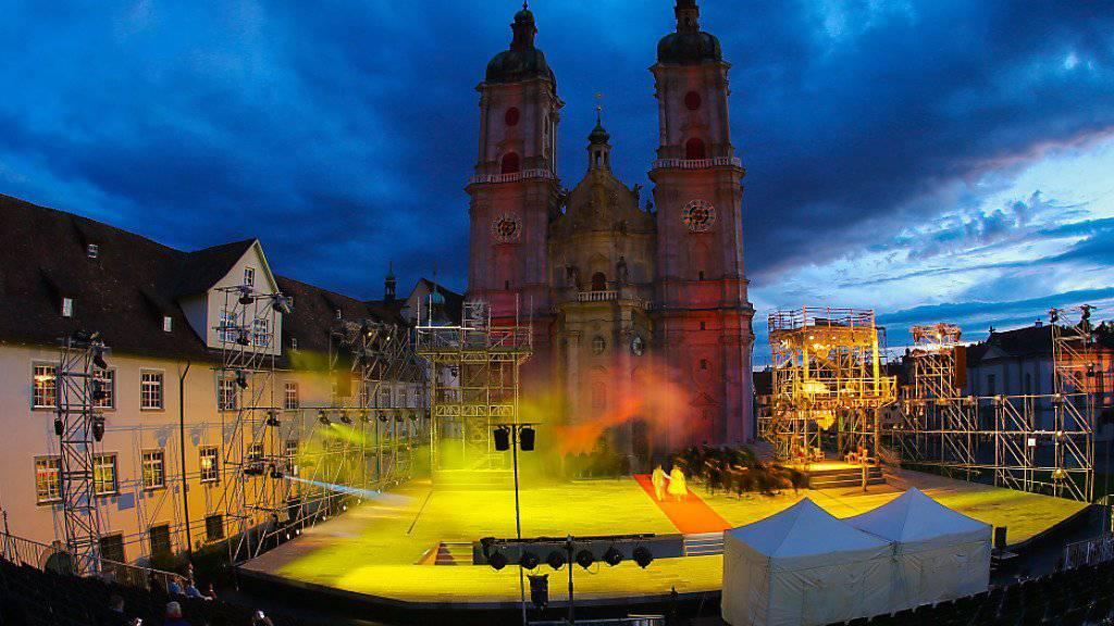 """Die spektakulären Lichtprojektionen der Freiluft-Oper """"Le Cid"""" verwandeln die berühmte St. Galler Klosterkirche in eine Leinwand."""