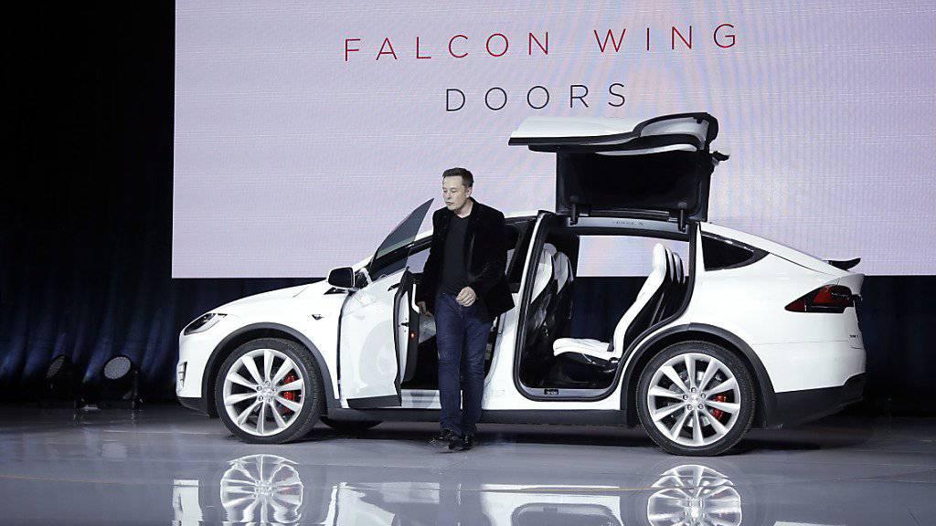 Tesla-Chef Elon Musk stellt den Elektro-SUV «Model X» vor.