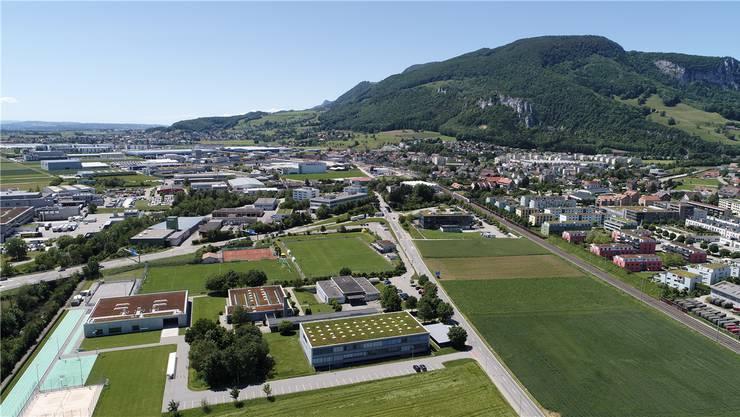 Die Entlastungsstrasse führt künftig zwischen der Kreisschule Bechburg (im Vordergrund) und dem Dorfkern durch.