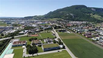 Die Entlastungsstrasse führt künftig zwischen der Kreisschule Bechburg (im Vordergrund) und dem Dorfkern durch. Bild: Bruno Kissling, 13. Juni 2019
