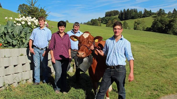 Die Familie Lisser auf dem Mittleren Passwang: Adrian, Christine, Paul und Beat mit der Kuh Zora