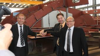 BSG-Direktor Thomas Erne (rechts), BSG-Chefkapitän Michel Scheurer (links) und Erich Hofmann, Chef Technik BSG (mitte) beim «ersten Hammerschlag».