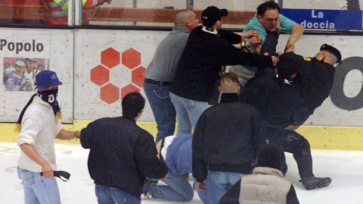 Nach dem verlorenen Final 2001 gegen die ZSC Lions brannten bei einigen Fans die Sicherungen durch.