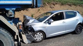 Auffahr-Kollision zwischen zwei Autos und einem Lastwagen