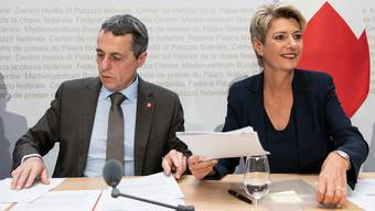 An den Schalthebeln der Europapolitik: Aussenminister Ignazio Cassis (l.) und Justizministerin Karin Keller-Sutter.(KEYSTONE/Peter Schneider)