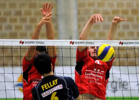 Gelungener Block von Andy Sutter und Stjepan Grgic (rechts) gegen den Genfer Jérôme Fellay