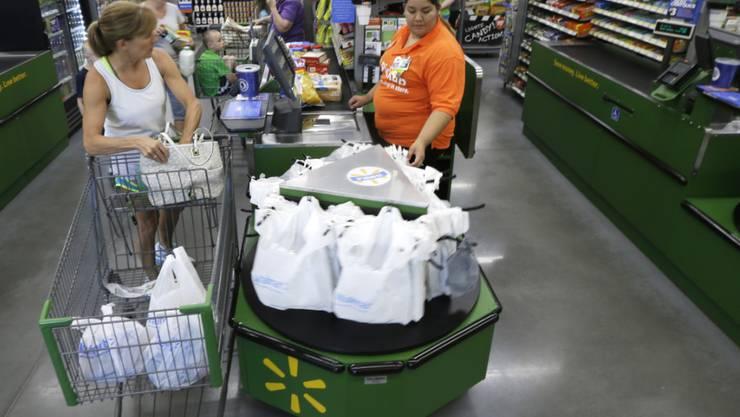 Walmart bangt um seine Arbeitskräfte: Kassiererin in USA