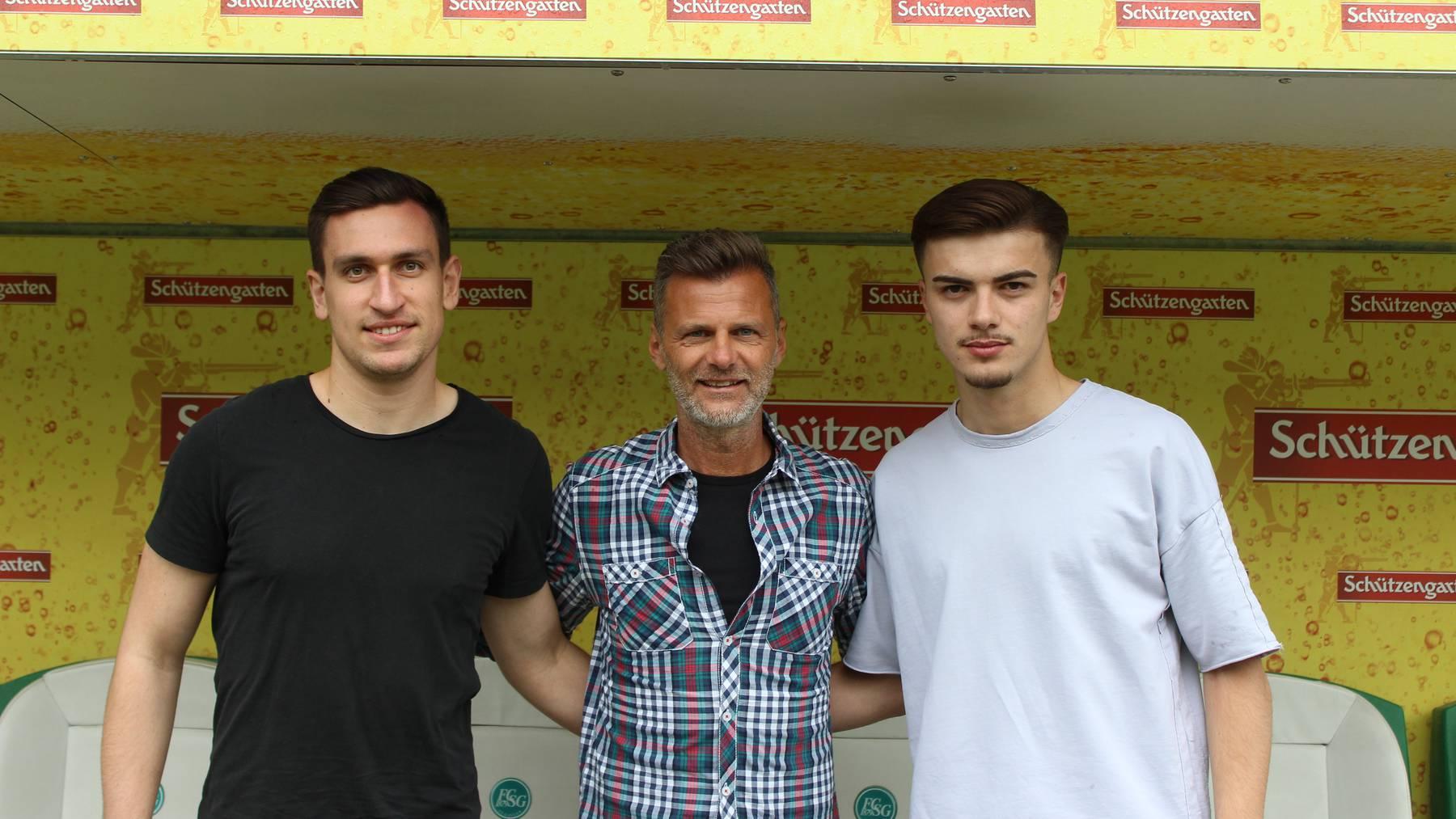 Zwei Eigengewächse dürfen Super-League-Luft schnuppern: Nico Strübi und Betim Fazliji mit Sportchef Alain Sutter (Mitte).