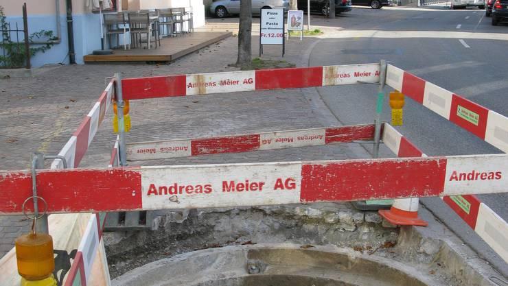 In Niedergösgen werden kranke Kastanien an der Hauptstrasse ersetzt, statt der einengenden Betonplatten wird ein Rundrost eingebaut.