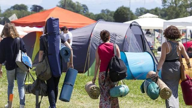 Musikfans nehmen das Camping-Gelände des Festivals in Nyon in Beschlag