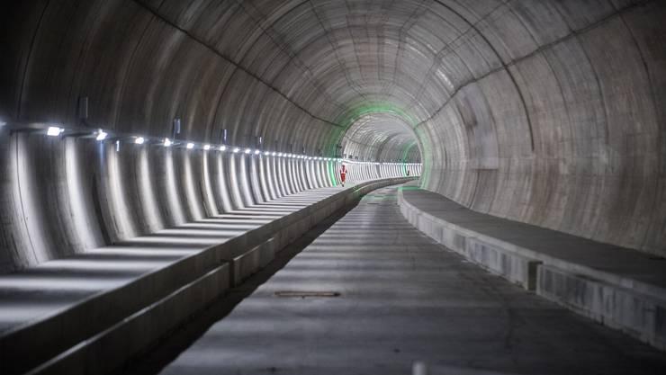 Blick in den Monte Ceneri-Basistunnel zumStart des Einbaus der Bahntechnik.