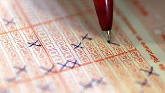 Dank dem Lotto-Gewinn einer Einwohnerin kommt es nicht zu der geplanten Steuererhöhung. (Symbolbild)