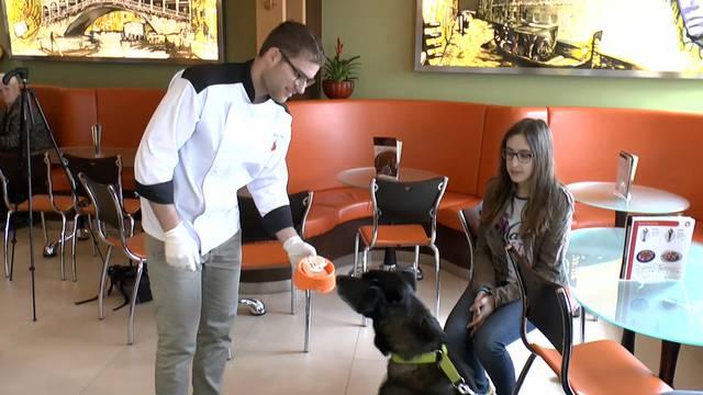 Die Leberwurst-Glace hat Eismeister Marco Vazzola extra für Hunde kreiert.