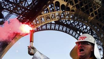 Ein Arbeiter demonstriert vor dem Eiffelturm