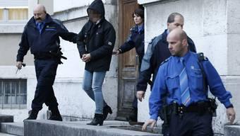 Die zu lebenslanger Haft verurteilte Ruth S. wird von der Polizei nach der Verhandlung aus dem Obergericht Solothurn geführt.