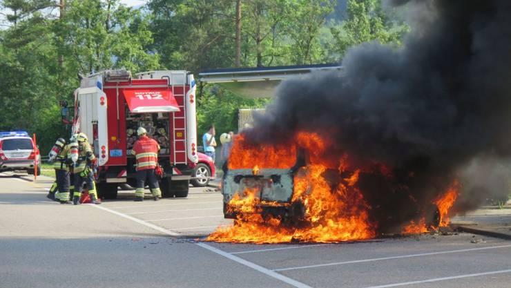 Der Personenwagen auf dem A2-Rastplatz bei Tenniken BL brannte lichterloh.