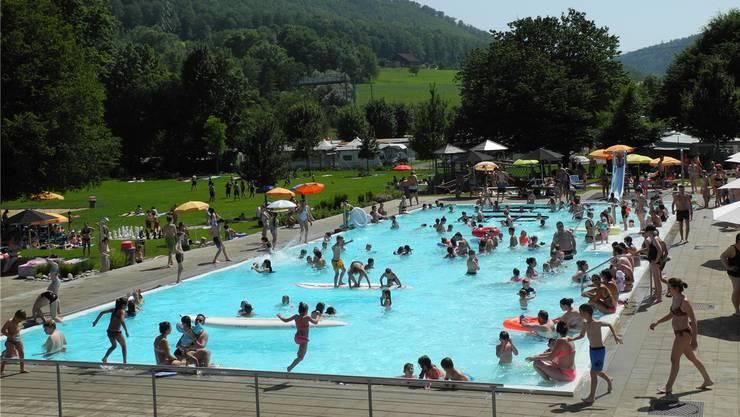 Bei Temperaturen von über 35 Grad herrschte gestern im Schwimmbad in Frick Hochbetrieb.