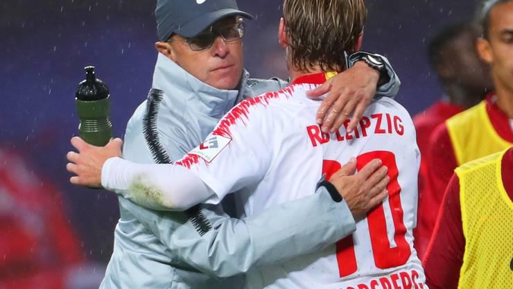Später Jubel in Leipzig: Trainer Ralf Rangnick umarmt Siegtorschütze Emil Forsberg