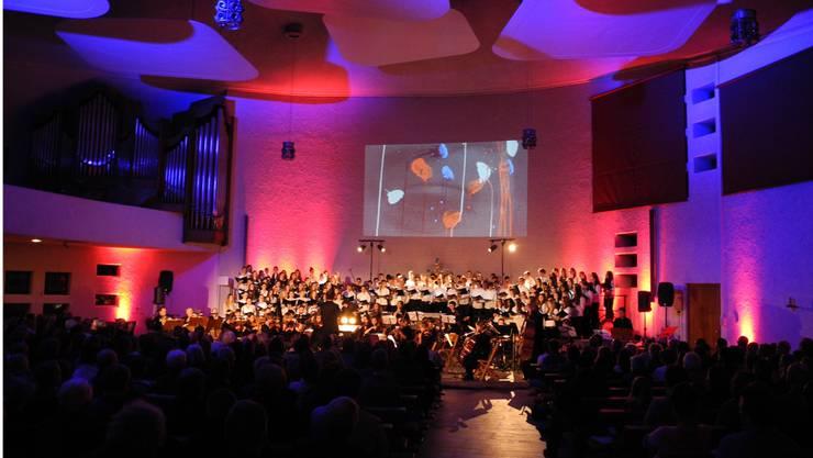 Der Chor der Kantonsschule Urdorf gibt Auszüge aus dem Musical «Les Misérables» zum Besten.