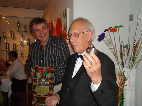 Ehrenpräsident Dr. Peter Voser ehrt den Gesellschaftsmeister 2012 Jean-Marc Wolfgang.