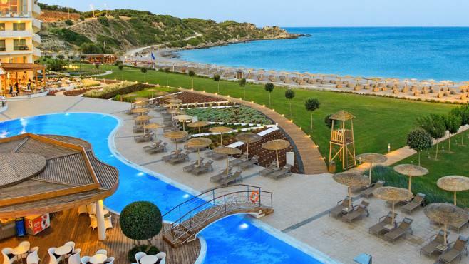 Auf Rhodos locken auch viele luxuriöse, aber bezahlbare Hotels. Ein Aufenthalt im 5-Sterne-Hotel «Elysium Resort & Spa» in Kalithea gibt's bei Hotelplan ab CHF 121.- pro Person und Nacht.
