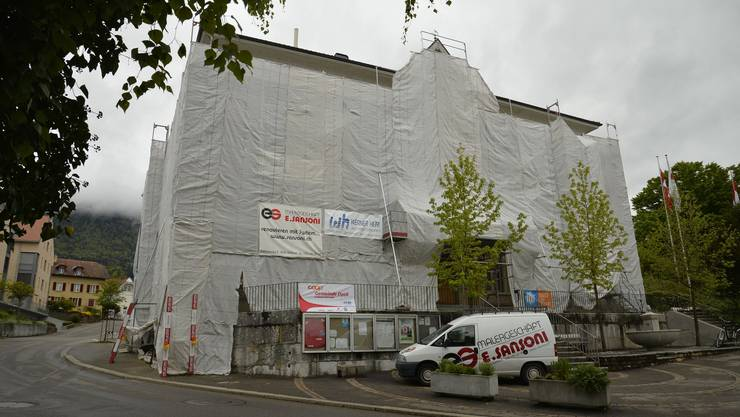 Die Fassade des Gemeindehauses wird zurzeit renoviert.